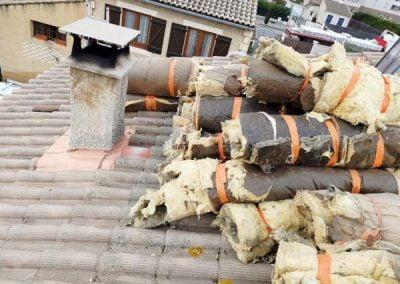 Evacuation de la laine de verre d'origine par le toit